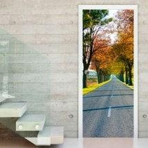 Vinile porte strada ed alberi di autunno