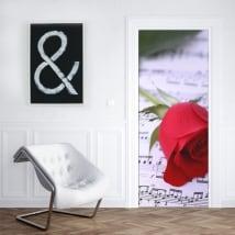 Vinile per porte rosa rossa e pentagramma musicale